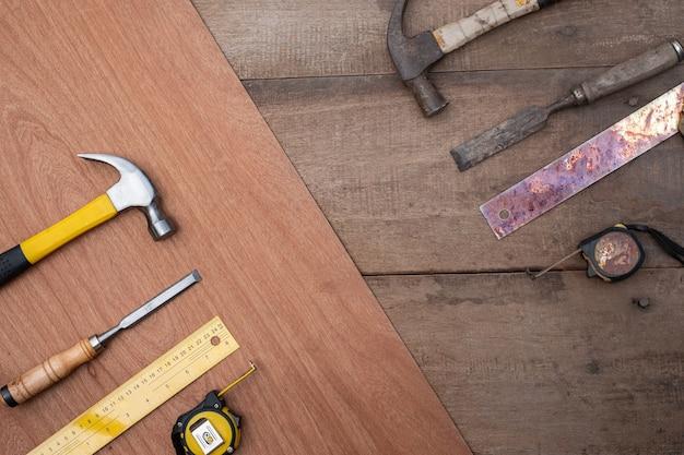 Hamerbeitel meetlint liniaal verzameling van oud en nieuw handgereedschap voor houtbewerking op een ruwe houten werkbank Premium Foto