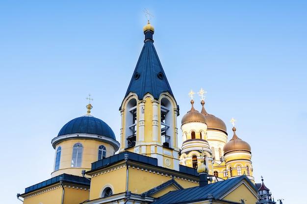 Hancu klooster en kerk tegen de blauwe hemel in moldavië Gratis Foto