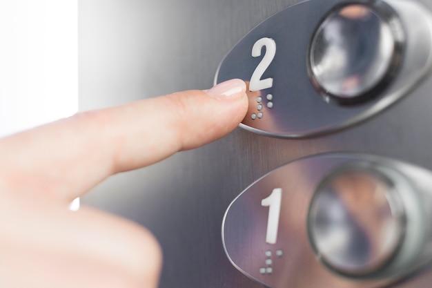 Hand aanraken lift braille figuur Gratis Foto