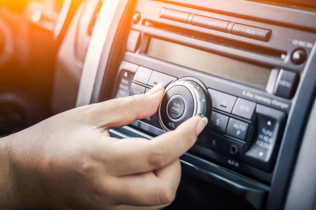 Hand aanraken van de radiowijzerplaat Gratis Foto