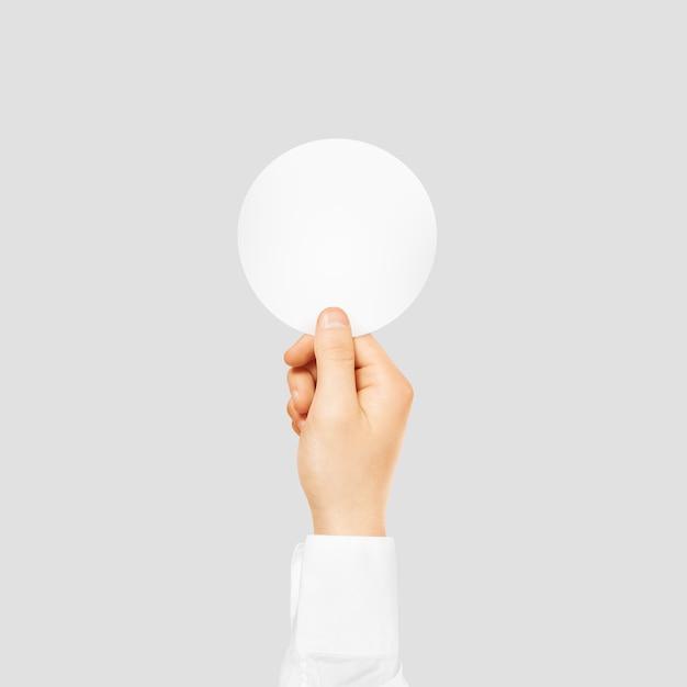 Hand die om lege witte stickerspot omhoog houdt Premium Foto