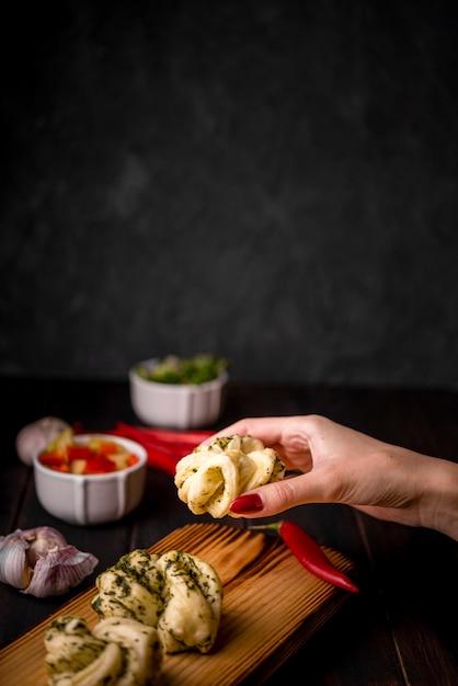 Hand die traditioneel aziatisch voedsel houdt Gratis Foto