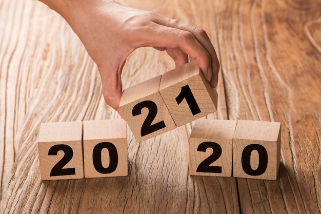 Hand draait een blok om van 2020 naar 2021 Gratis Foto