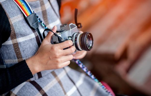 Hand en camera van een reisfotograaf Premium Foto