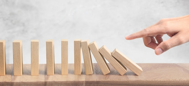Hand- en domino-effect gestopt door uniek Premium Foto