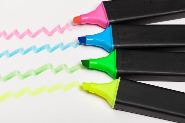 Hand getekend kleurrijke hoogtepunt strepen ontwerpelementen Premium Foto