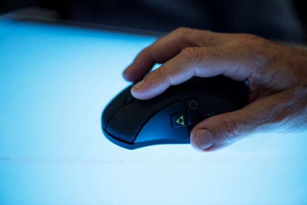 Hand houden met muis te klikken Premium Foto