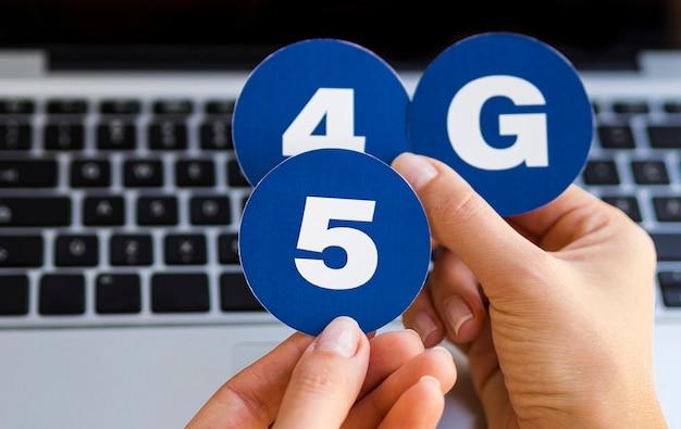 Hand met 4 en 5 g stickers Gratis Foto