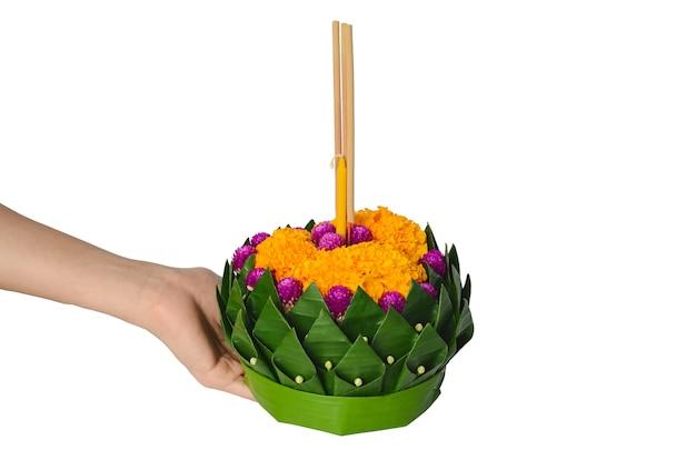 Hand met bananenblad krathong voor de volle maan van thailand of loy krathong festival. Premium Foto