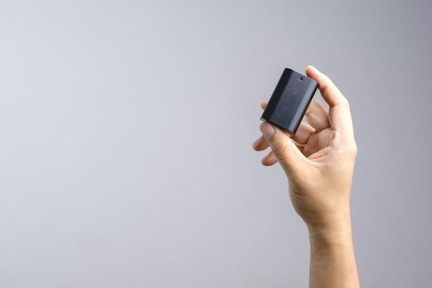 Hand met camera batterij Premium Foto