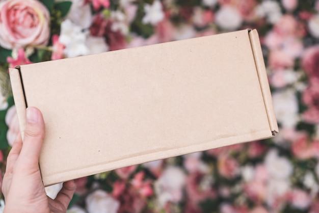 Hand met doos Premium Foto