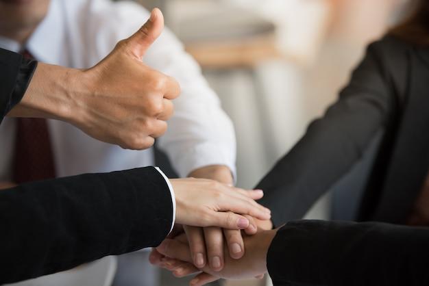 Hand met duim omhoog en stapelen handen in teamwerk. Premium Foto