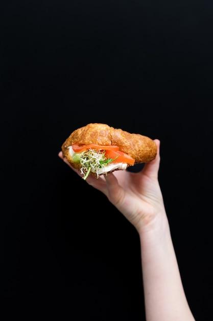 Hand met gezond voedsel, menu met microgreens. Premium Foto