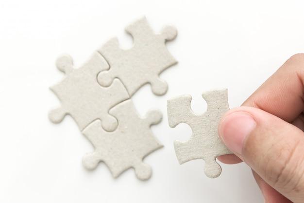 Hand met laatste puzzel Premium Foto