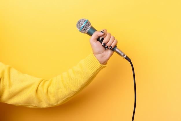 Hand met microfoon Premium Foto