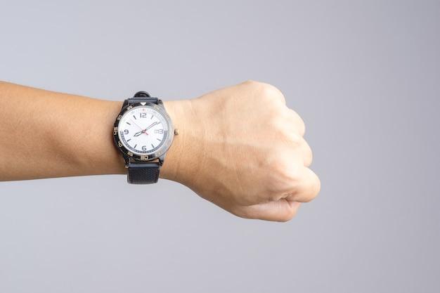 Hand met oud en roestig polshorloge dat tijd meer dan acht uur toont Premium Foto
