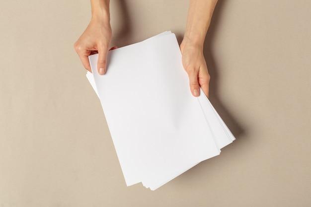 Hand met papieren a4-formaat Premium Foto