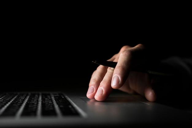 Hand met pen en typen Gratis Foto