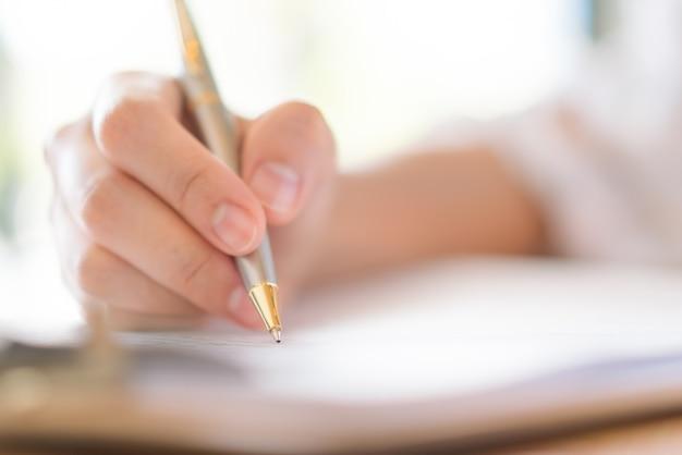 Hand met pen over het aanvraagformulier Gratis Foto