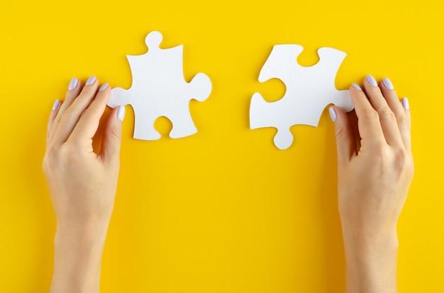 Hand met puzzels samenstelling Premium Foto