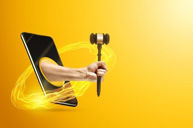 Hand met rechter hamer via een smartphone Premium Foto