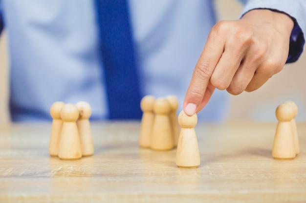 Hand schikken hout blok stapelen met pictogram zakelijke human resources Premium Foto