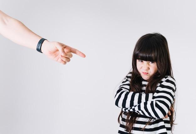 Hand straffend ontstemd meisje Gratis Foto
