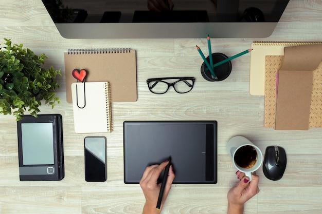 Hand van grafische ontwerper die met stilus en tablet werkt Premium Foto