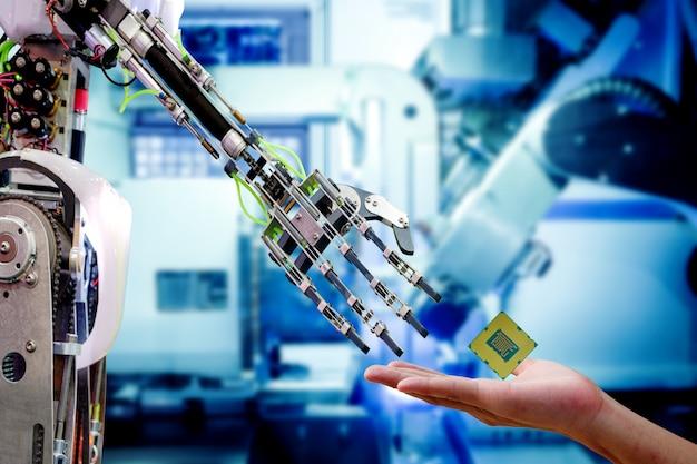 Hand van mannelijke ingenieur die cpu-processor naar robot stuurt voor een upgrade om efficiënter te werken Premium Foto
