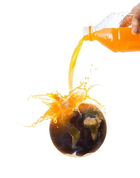 Hand van vrouw die jus d'orange aan vers rijp oranje fruit met de bron van het wereldkaartbeeld van nasa giet Premium Foto
