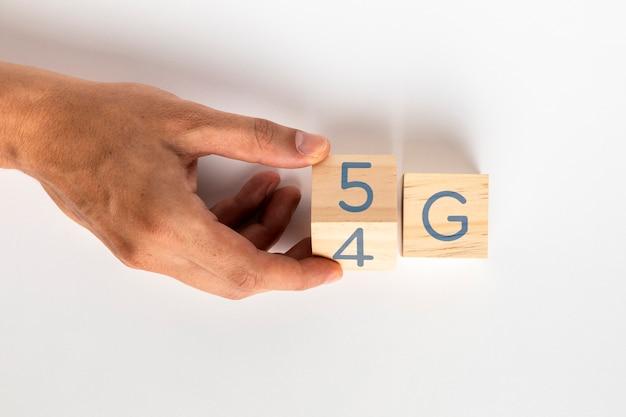 Hand veranderen 4g tot 5g op kubussen Gratis Foto