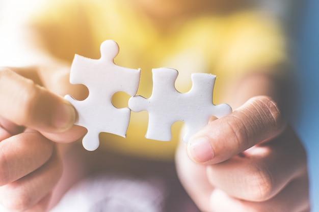 Hand verbindende puzzel Premium Foto