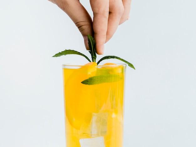 Hand versieren drankje met muntblad Gratis Foto