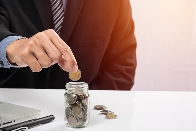 Hand zetten meng munten en zaad in duidelijke fles en copyspace, business investment growth concept. Gratis Foto
