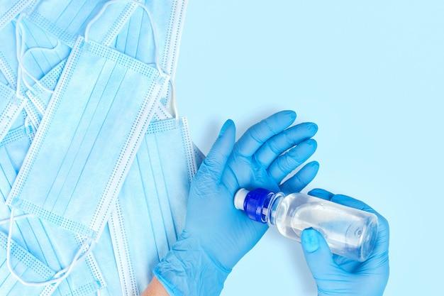 Handbehandeling in medische handschoenen met een ontsmettingsmiddel Premium Foto
