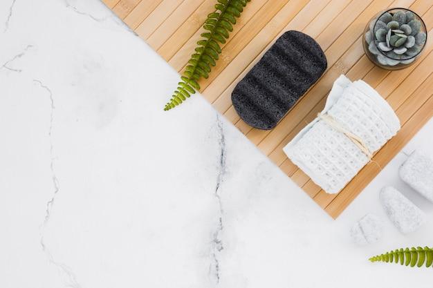 Handdoek en houten mat met kopie ruimte Gratis Foto