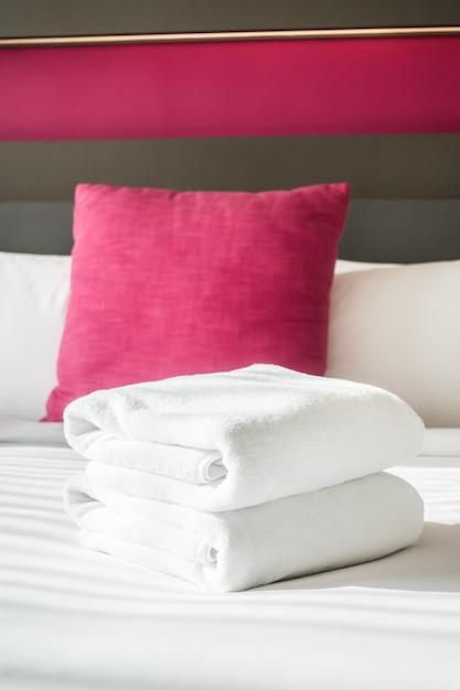 Handdoek op bed Gratis Foto
