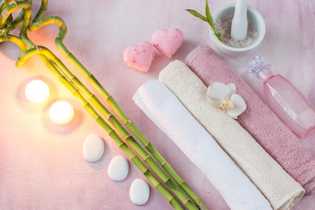 Handdoeken, kaarsen, zeezout, bamboe, vloeibare zeep, stenen en zeep Premium Foto