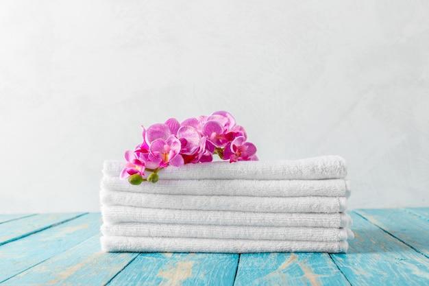 Handdoeken met orchideebloem Premium Foto