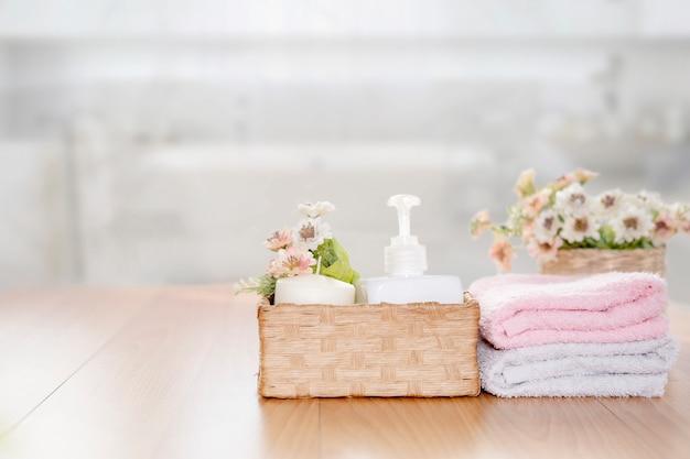Handdoeken op houten bovenste tafel met kopie ruimte op wazig badkamer. Premium Foto