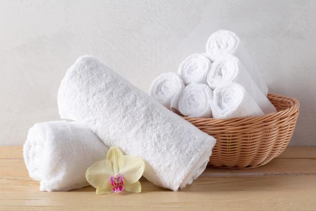 Handdoeken rollen met bloem Premium Foto