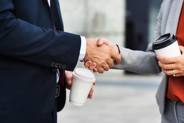 Handdruk corporate partnerschap office werknemer concept Gratis Foto