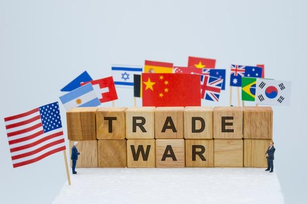 Handelsoorlogsformulering met vlaggen van de vs en vlaggen van meerdere landen. Premium Foto