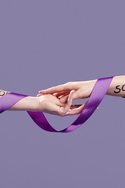 Handen bedekt met lint en empowerende woorden Gratis Foto