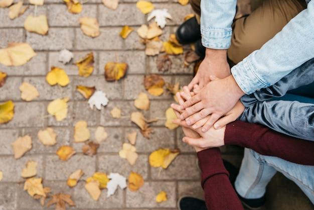 Handen bovenop elkaar van vrienden Gratis Foto