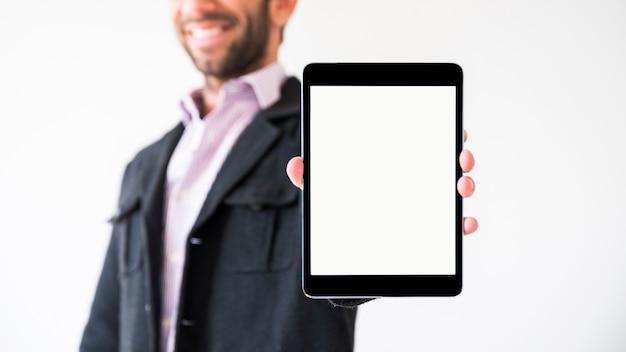 Handen die een tablet met het lege scherm tonen Gratis Foto