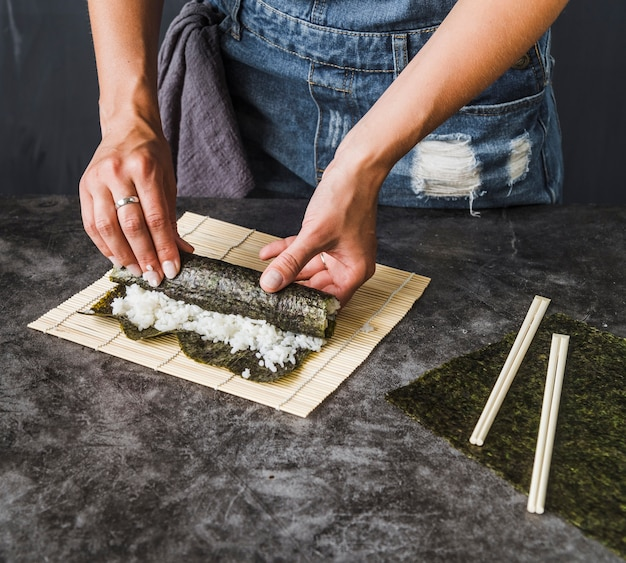 Handen die geroosterd zeewier verpakken Gratis Foto