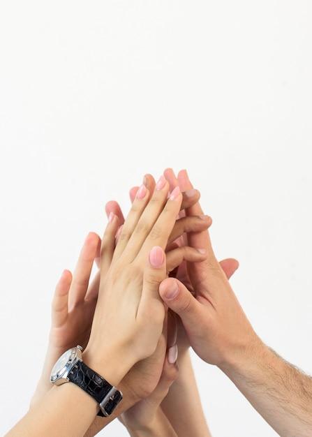 Handen die hoge vijf geven die op witte achtergrond worden geïsoleerd Gratis Foto