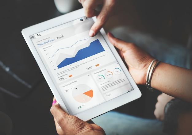 Handen die tabletscherm gebruiken die statistieken bedrijfsgegevens tonen Gratis Foto