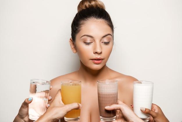 Handen die water, sap, koffie of melk aanbieden aan mooie vrouw Gratis Foto